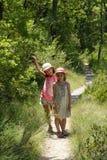 两个女孩在普罗旺斯森林里 免版税库存照片