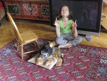 女孩实践的瑜伽年轻人 图库摄影