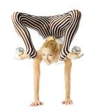 站立在胳膊的马戏体操运动员妇女灵活的身体颠倒, 免版税库存图片