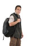 Όμορφος λατινικός νεαρός άνδρας που φορά το σακίδιο πλάτης και τη φανέλλα Στοκ φωτογραφία με δικαίωμα ελεύθερης χρήσης