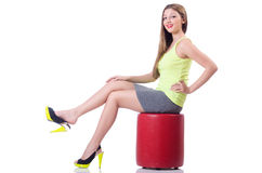 Молодая женщина пробуя новые ботинки Стоковое Фото