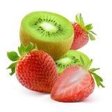 猕猴桃切片和新鲜的草莓在白色背景 图库摄影