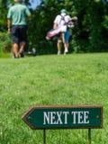 在高尔夫球场的下个发球区域标志 免版税图库摄影