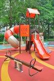 与大量的五颜六色的操场结构孩子的比赛 库存图片