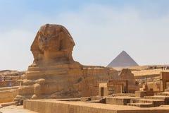 伟大的狮身人面象和吉萨棉金字塔,开罗在埃及 库存图片