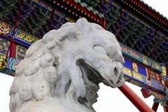 石监护人狮子雕象在北海公园 北京瓷 免版税库存照片