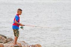 在泰国海的男孩渔 免版税库存图片