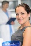 牙医手术微笑的端庄的妇女患者 免版税图库摄影