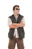 Νεαρός άνδρας που θέτει φορώντας τα γυαλιά ηλίου και τη φανέλλα Στοκ εικόνα με δικαίωμα ελεύθερης χρήσης