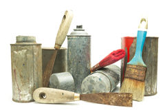 老使用的喷壶和油漆桶 免版税库存照片