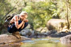 饮用的远足者水 免版税库存照片