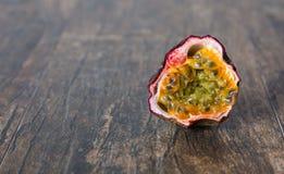 切的成熟西番莲果对分棕色表面上的特写镜头 免版税库存照片