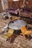 表和椅子在传统沙漠绿洲 免版税库存照片
