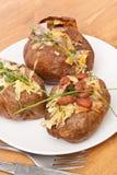 被烘烤的带皮烤的土豆服务  免版税库存图片
