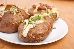 被烘烤的带皮烤的土豆服务  图库摄影