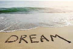 在海滩沙子写的梦想词-正面想法的概念 免版税库存图片