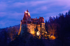 与光的德雷库拉城堡在晚上在罗马尼亚 免版税库存图片