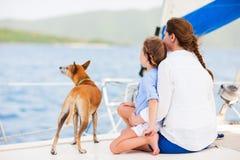 Οικογένεια που πλέει με ένα γιοτ πολυτέλειας Στοκ Φωτογραφία