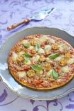 薄饼用意大利辣味香肠、蕃茄、胡椒和无盐干酪 免版税图库摄影