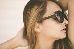 妇女放松在海滩 免版税库存图片