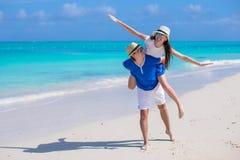 Молодые счастливые пары имеют потеху на летних каникулах Стоковое Изображение RF