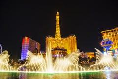 喷泉展示在拉斯维加斯夜 免版税库存照片