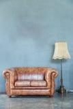 Καναπές με το λαμπτήρα Στοκ φωτογραφία με δικαίωμα ελεύθερης χρήσης