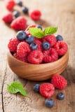 在木碗的新鲜的莓果莓蓝莓 库存图片