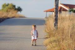 路的愉快的女孩 库存照片