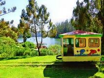 在湖边的玩具火车 库存照片