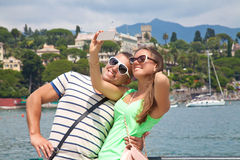 Туристы фотографируя в Франции с их телефоном Стоковое Изображение RF