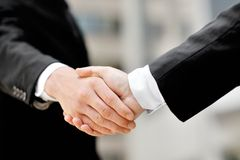 Επιχειρηματίες που τινάζουν τα χέρια - έννοια συνεργασίας επιχειρησιακής διαπραγμάτευσης Στοκ φωτογραφία με δικαίωμα ελεύθερης χρήσης