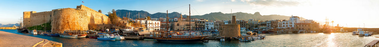 凯里尼亚港口和中世纪城堡,塞浦路斯 免版税库存图片