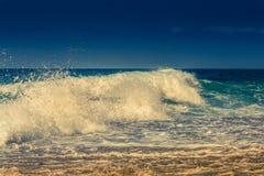 Голубая океанская волна с брызгом Стоковая Фотография