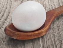 Εκλεκτής ποιότητας ξύλινα κουτάλι και αυγό Στοκ Φωτογραφία