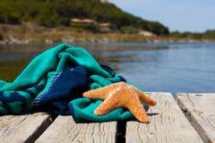 与海星的海滩毛巾 免版税图库摄影