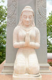 女孩祈祷的雕象 库存照片