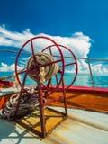 船锚在朝向到苏梅岛海岛的渡轮弓的绳索卷 库存照片