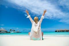 比基尼泳装的愉快的妇女在热带海滩 免版税库存照片