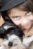 美丽的女孩和她的小狗 免版税库存图片