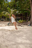 Девушка играя качание на пляже Стоковое Фото