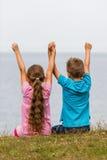 Παιδιά με τα αυξημένα όπλα Στοκ φωτογραφία με δικαίωμα ελεύθερης χρήσης