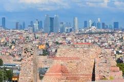 现代企业大厦在街市伊斯坦布尔 免版税库存图片
