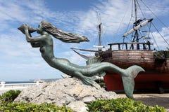 在历史的帆船的美人鱼雕塑 免版税图库摄影