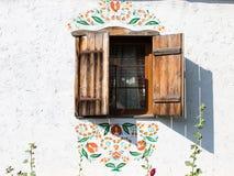 一个典型的乌克兰古色古香的房子的窗口 免版税库存照片