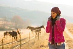 妇女冷的冬天早晨 免版税图库摄影