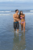 有吸引力的海滩美好的男朋友概念夫妇注视注视幸福的乐趣有她的节假日爱照片纵向松弛言情夏天星期日,妇女年轻人 图库摄影