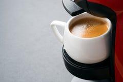 Άσπρο φλιτζάνι του καφέ στη μηχανή καφέ και διάστημα για το κείμενο Στοκ Φωτογραφία