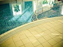 Εσωτερική πισίνα πολυτέλειας Στοκ εικόνα με δικαίωμα ελεύθερης χρήσης