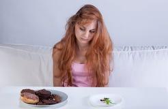 节食的女孩在她的屋子里 图库摄影